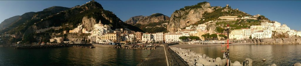 Vista della città di Amalfi dal molo
